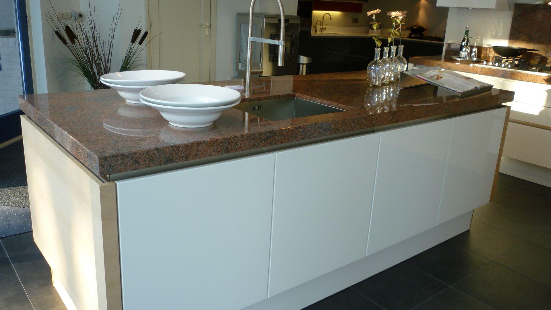 Hoogglans wit lak met eiken fineer 49331 - Keuken met granieten werkblad ...