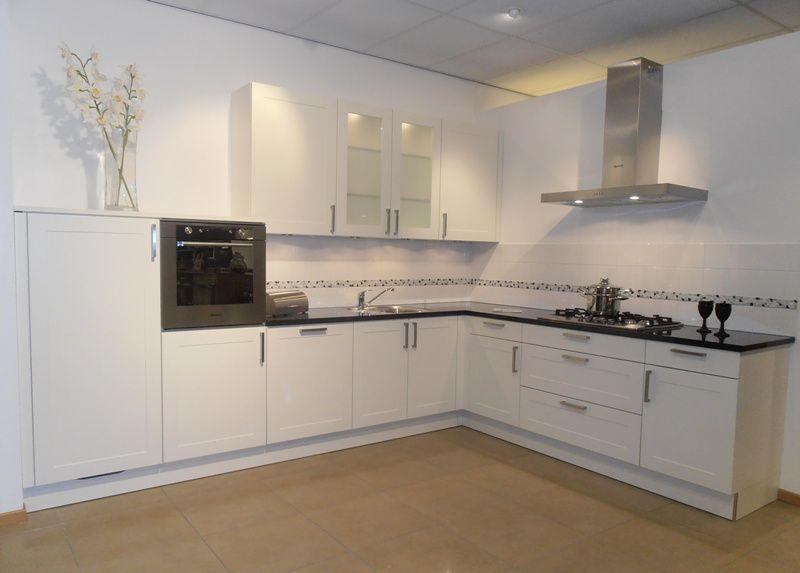Keuken Showroom Uitverkoop : Showroomuitverkoop modern landelijk keuken in wit