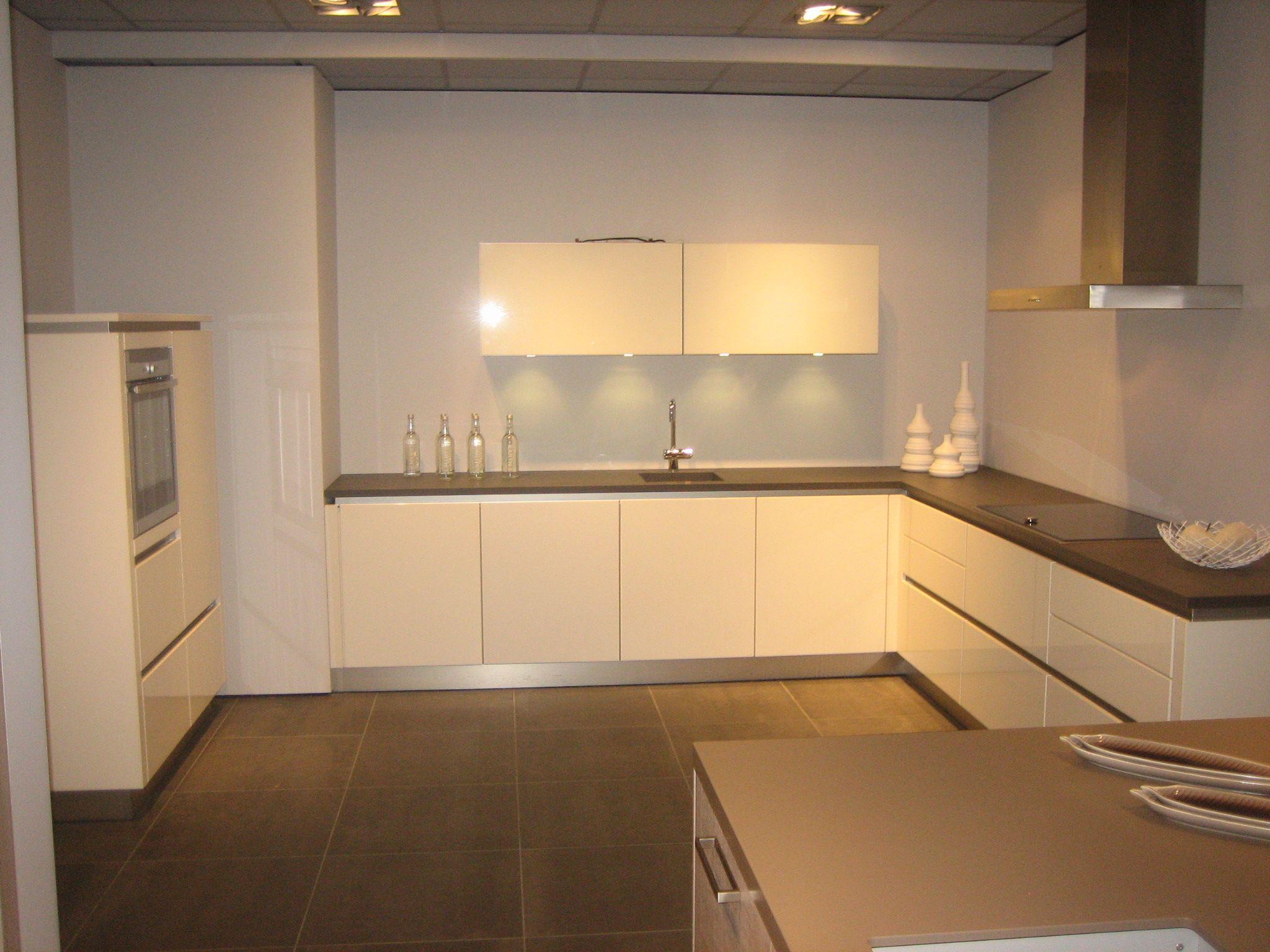 Bruynzeel showroomkeuken saffier greeploos 48935 - Model keuken ...