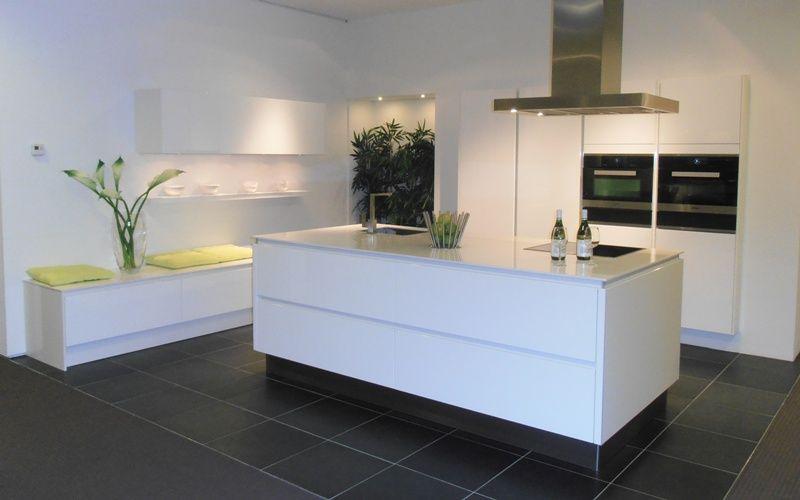 Witte greeploos gelakte eilandkeuken 53714 - Eigentijdse keuken met centraal eiland ...