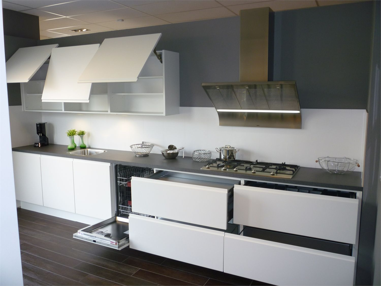 Keuken Greeploos Mat Wit : Strakke keuken in het mat wit greeploos met een werkblad uit 1