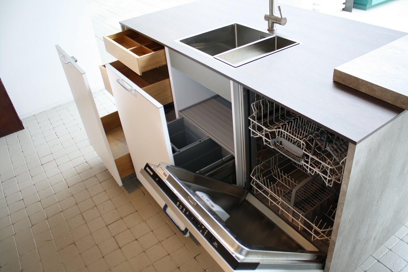 Grote Keuken Showroom : Mat witte keuken met 2 eilanden en 2 hoge kastenwandenKeuken opgedeeld