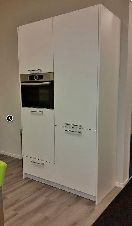 Zwevende Keuken Showroom : Extra informatie: Mat gelakte zwevende keuken met kastenwand. Voorzien