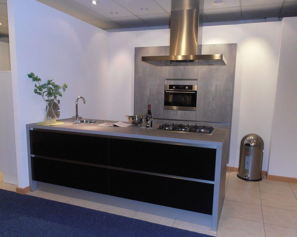 Eiland Keuken Zwart : Showroomuitverkoop greeploze eilandkeuken in hoogglans