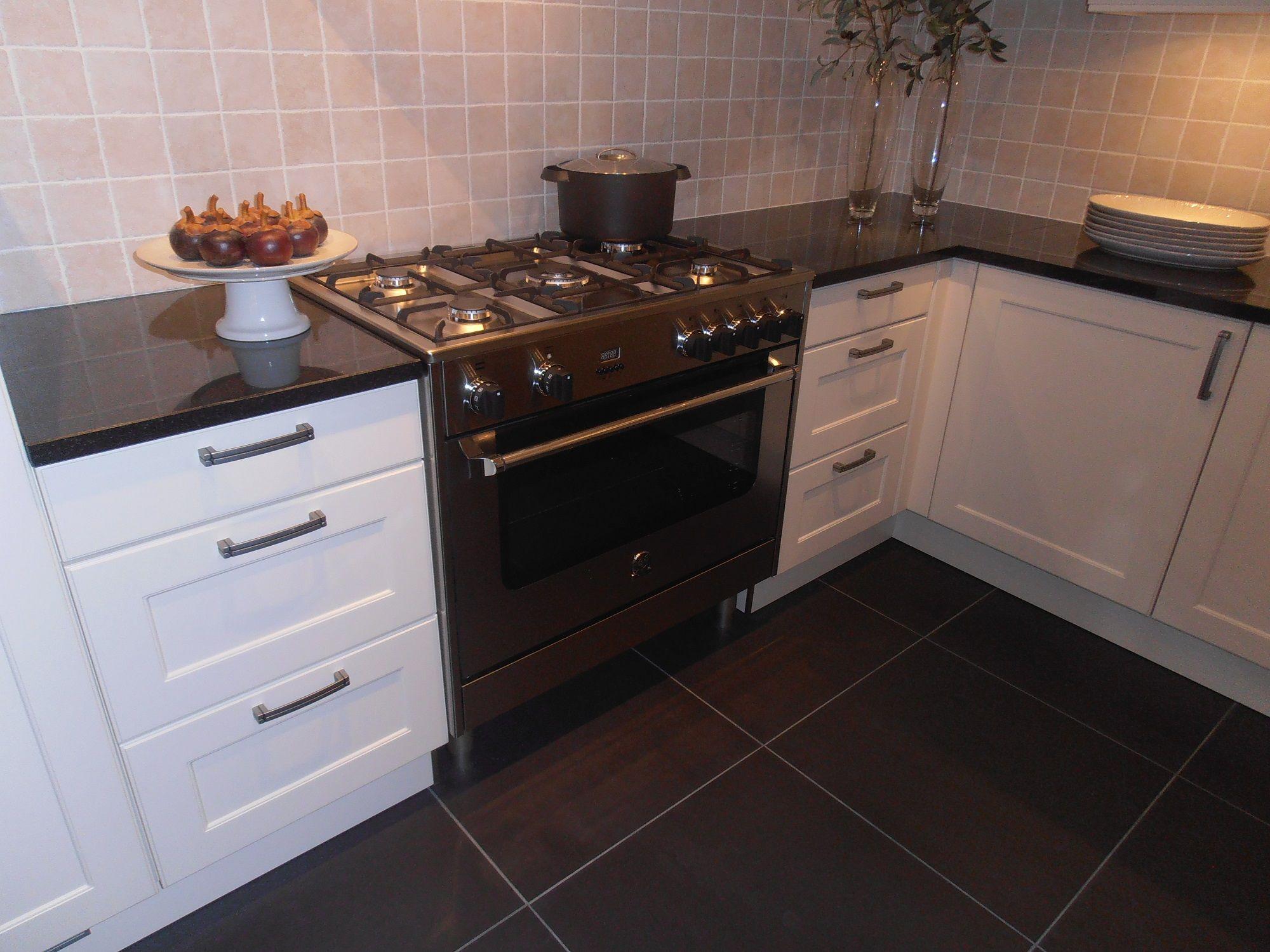 Showroomuitverkoop landelijke keuken met granieten werkblad