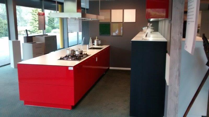 Keuken rood zwart - Rode keuken met centraal eiland ...