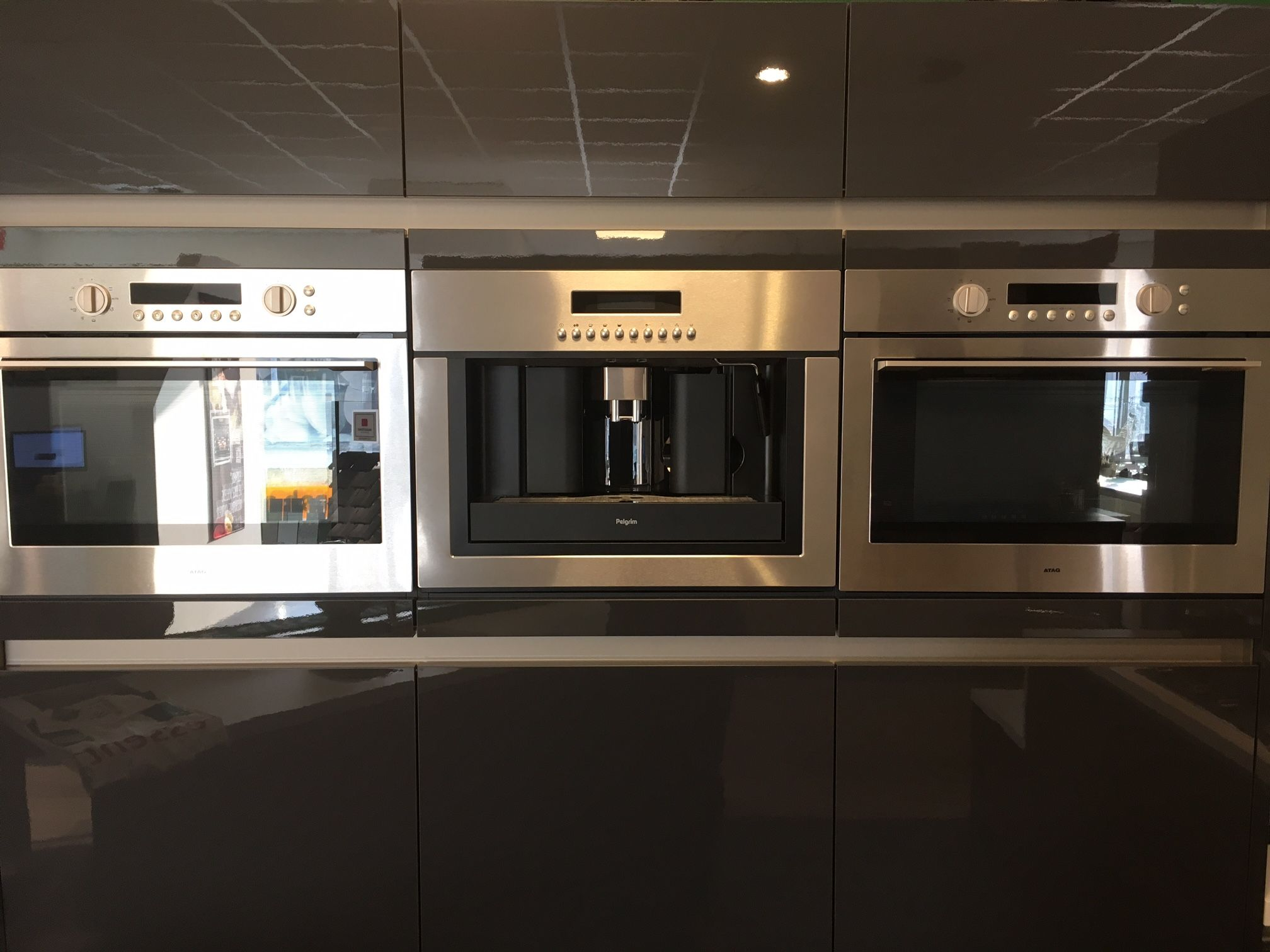 Moderne keuken met spoeleiland witte moderne hoogglans keuken